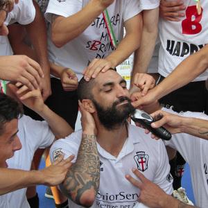 Cosenza taglia la barba dopo la promozione in B (Foto Ivan Benedetto)