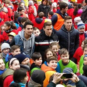 Ardizzone, Ronaldo e Musacci coi bambini delle scuole di Vercelli (Foto MagicaPRO.it)