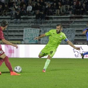 Gianni Fabiano contro il Cittadella. Dietro l'arbitro Gavillucci. (Foto Ivan Benedetto)