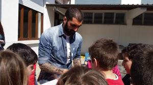 Francesco Cosenza firma autografi ai bambini (Foto MagicaPRO.it)