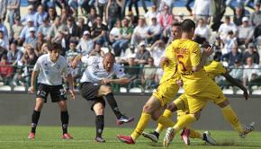 Il tiro di Luppi contro il Livorno (Foto Ivan Benedetto)