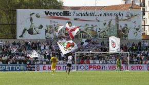 La Curva Ovest durante Pro Vercelli-Livorno (Foto Ivan Benedetto)