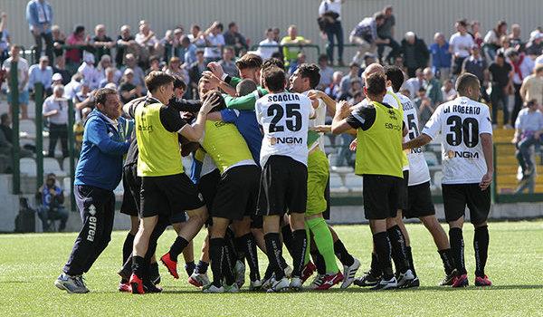 L'esultanza dopo il gol al Crotone (Foto Ivan Benedetto)