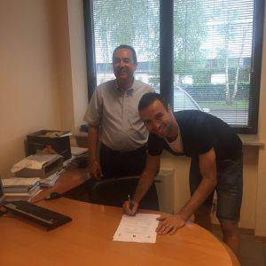 Ettore Marchi appone la firma sul contratto col presidente Massimo Secondo (Foto Fc Pro Vercelli)