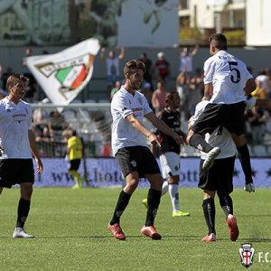 Esultanza di gruppo dopo il gol di Gatto (Foto Ivan Benedetto)