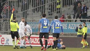 L'espulsione di Fausto Rossi (Foto Ivan Benedetto)