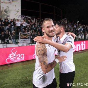 Emmanuello e La Mantia nell'esultanza a fine partita (Foto Ivan Benedetto)